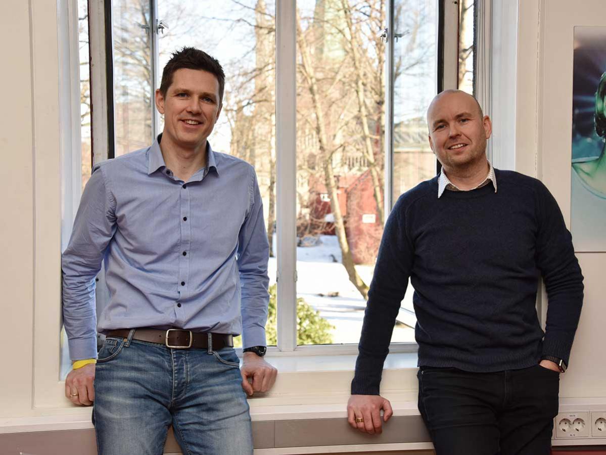 Fra lokalene i Prinsen Kino i Tromdheim har Candy People-duoen utsikt til Nidarosdomen. Bjørnar Hoem (t.v.) og Tommy Wikmark (t.h.) Foto: John Berge, KINOMAGASINET ©