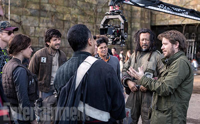 I AKSJON: Regissør Gareth Edwards (t.h.) under arbeidet med Rogue One: A Star Wars Story. Foto: Lucasfilm, gjengitt i Entertainment Weekly