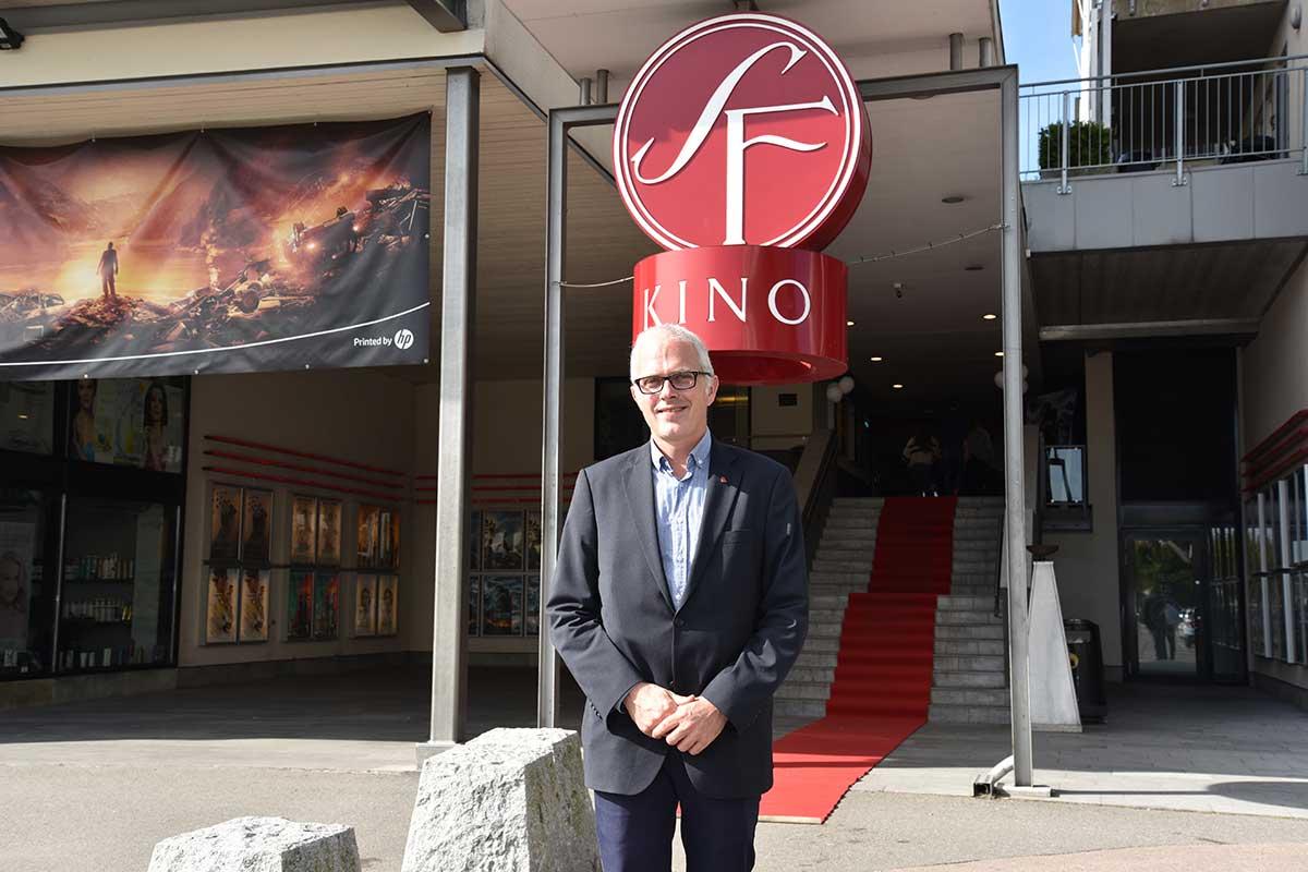 Jon Einar Sivertsen, Chief Operating Officer hos SF Kino i Norge, foran SF KIno Lillestrøm – som nå er nyoverhalt og har fått supersal. Foto: John Berge, KINOMAGASINET.no