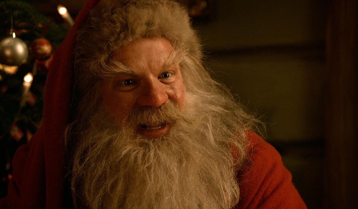 GODSLIG OG HUMORISTISK NISSE: Anders Baasmo Christiansen klarer å vise både sjarm og morsomheter som Julenissen.