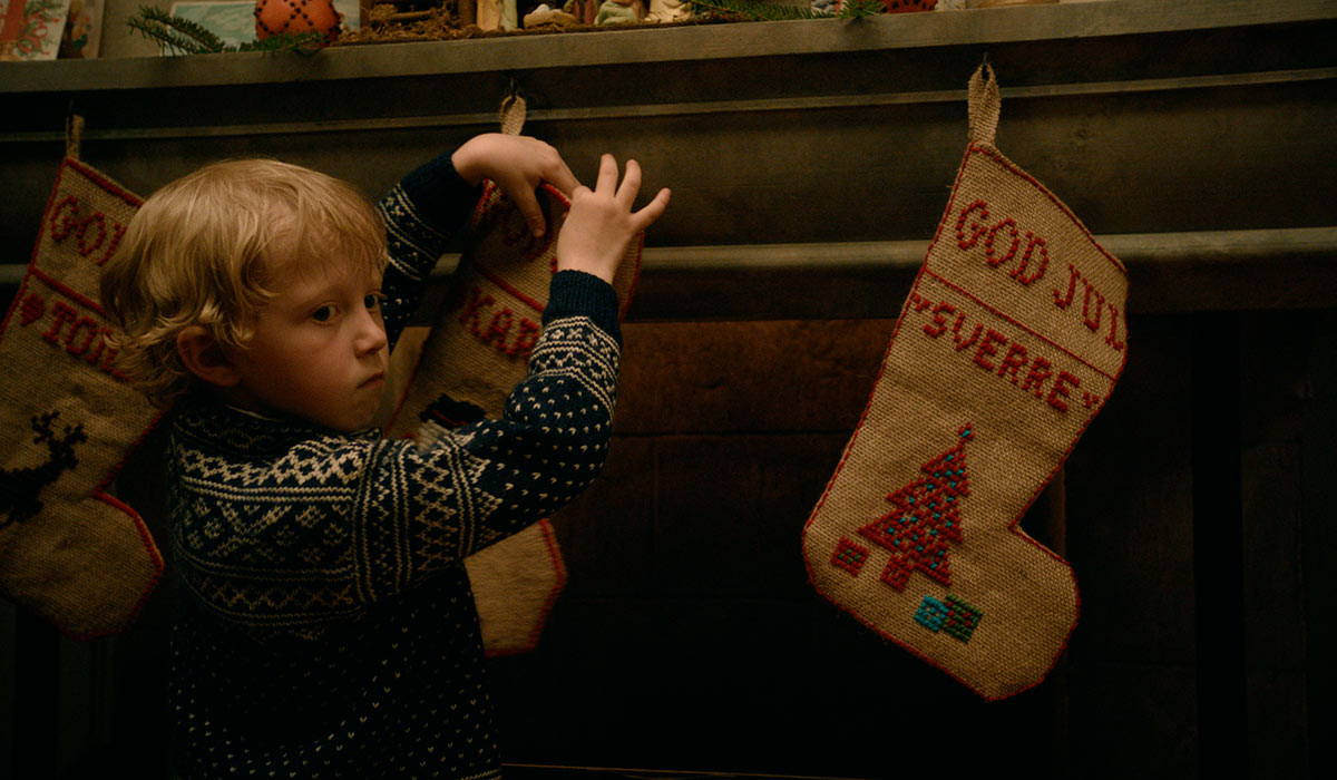 GOD, GAMMEL JULESTEMNING: Snekker Andersens yngste sønn, Karl (Thias Salberg) får godt fram barnets venting og forhåpninger på julaften.
