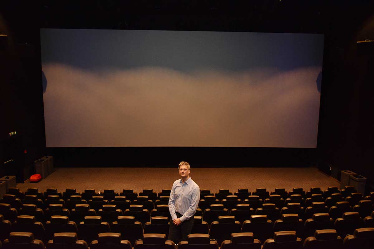 Matt Jahans, direktør for kinoteknologi hos Harkness Screens, kom ens ærend fra Storbritannia for å ta Supersalen hos SF Kino Lillestrøm nærmere i øyesyn. Foto: John Berge, KINOMAGASINET ©