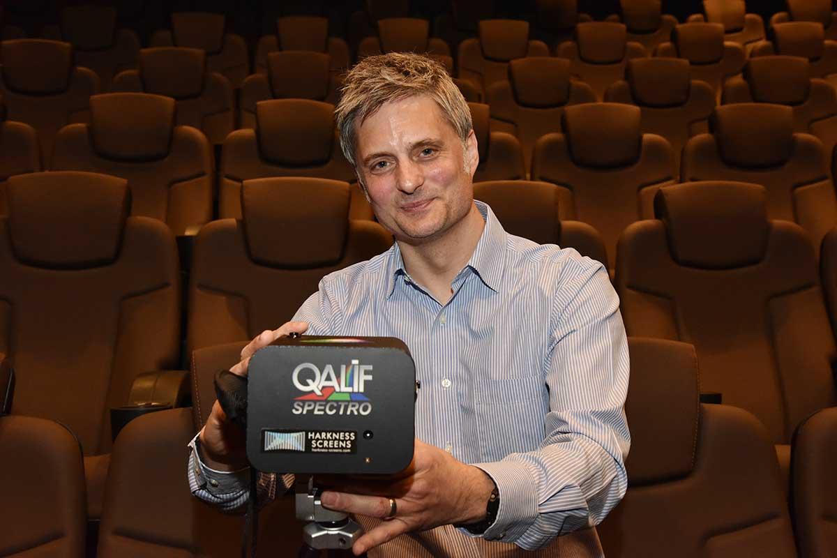 TESTER PERSONLIG: Matt Jahans, direktør for kinoteknologi hos Harkness Screens, drar selv rundt til de få kinosalene i Europa som har fått Harkness' nye sølvlerret installert. Her med et måleinstrument. – Du kan ta en lysmåler og vise hvor godt det er, men det viktigste er hvordan det ser ut for publikum, sier Jahans. Foto: John Berge, KINOMAGASINET ©