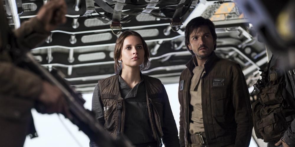 TO HELTER: Felicity Jones som Jyn Erso og Diego Luna som Cassian Andor i Rogue One: A Star Wars Story. Foto: Lucasfilm