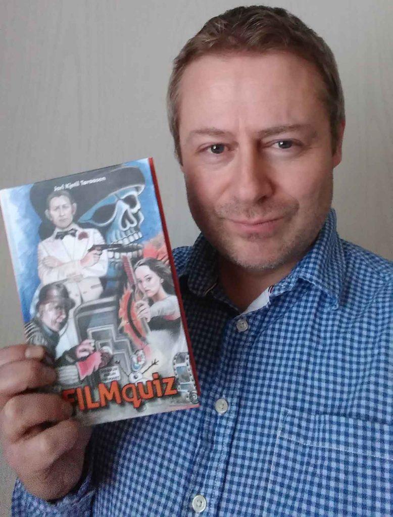 Jarl Kjetil Tøraasen med boken«Filmquiz.» Foto: Privat