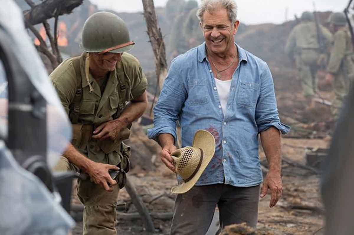Andrew Garfield og Mel Gibson i munter passiar under innspillingen av Hacksaw Ridge.