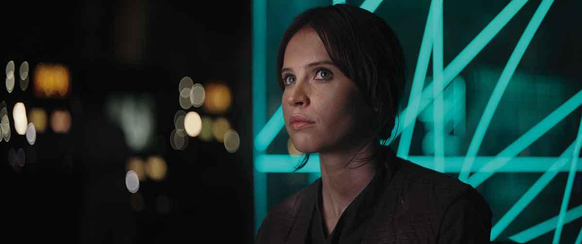 HELTINNEN: Felicity Rose Hadley Jones i rollen Jyn Erso er filmens store karakter.