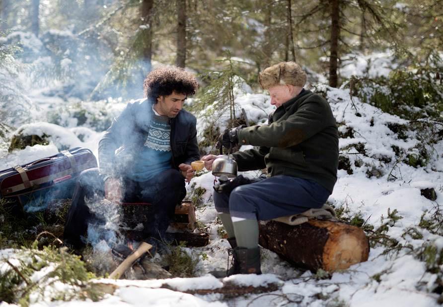 Hovedrolleinnehaver Sharukh Kavousi (t.v.) som spiller Ramin og Bernt Lund (t.h.), som spiller en jeger som Ramin møter når han krysser grensen til Norge. En scene fra Det norske hus.