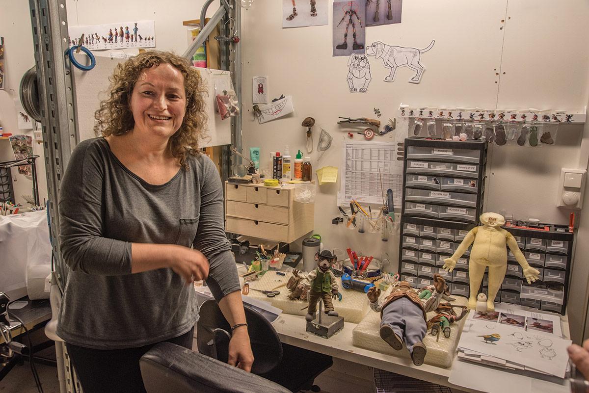 Leder for dukkeavdelingen, Liliana Swirska, følger alle ledd i prosessen fra metallskjellett til påkledning. Her syes klær i miniformat, og det går med mye tid på detaljrike finesser. Foto: Per Mork, KINOMAGASINET.no ©