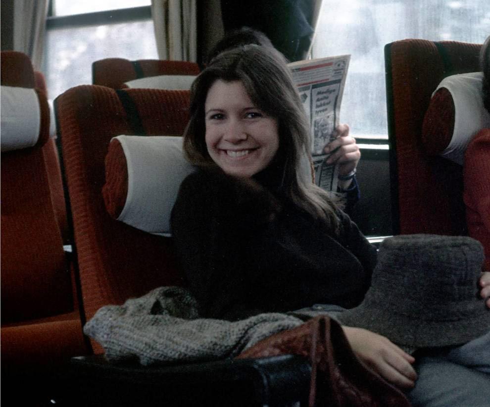 Carrie Fisher på toget fra Oslo til Finse vinteren 1979, med nyinnkjøpt hatt i hånden. Foto: Bjørn Jacobsen, Privat. Gjengitt med tillatelse.