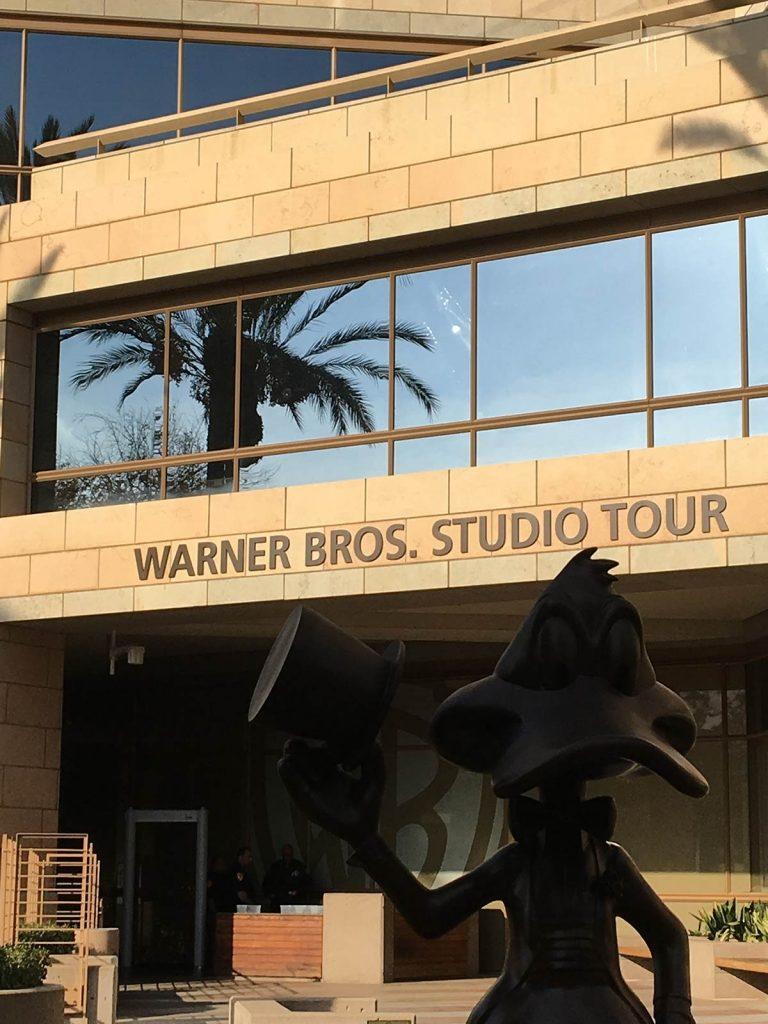Det er inne i dette bygget på Warners studio i Los Angeles at Skeie nå leverer nye kinostoler. Foto: Warner Bros.