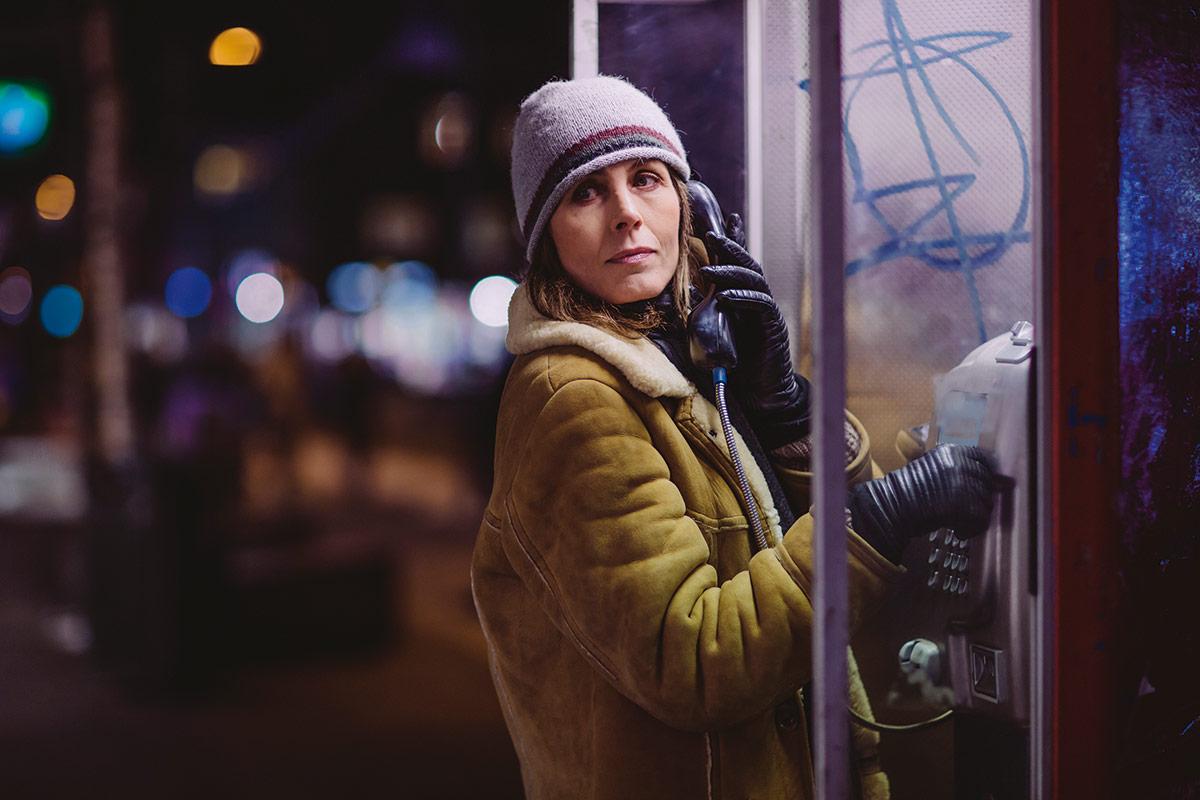 Kari Bremnes i rollen som Harrieth «Harri» Hansen, journalist i Nordlys. Som vi ser finnes det fortsatt telefonautomater i Tromsø!