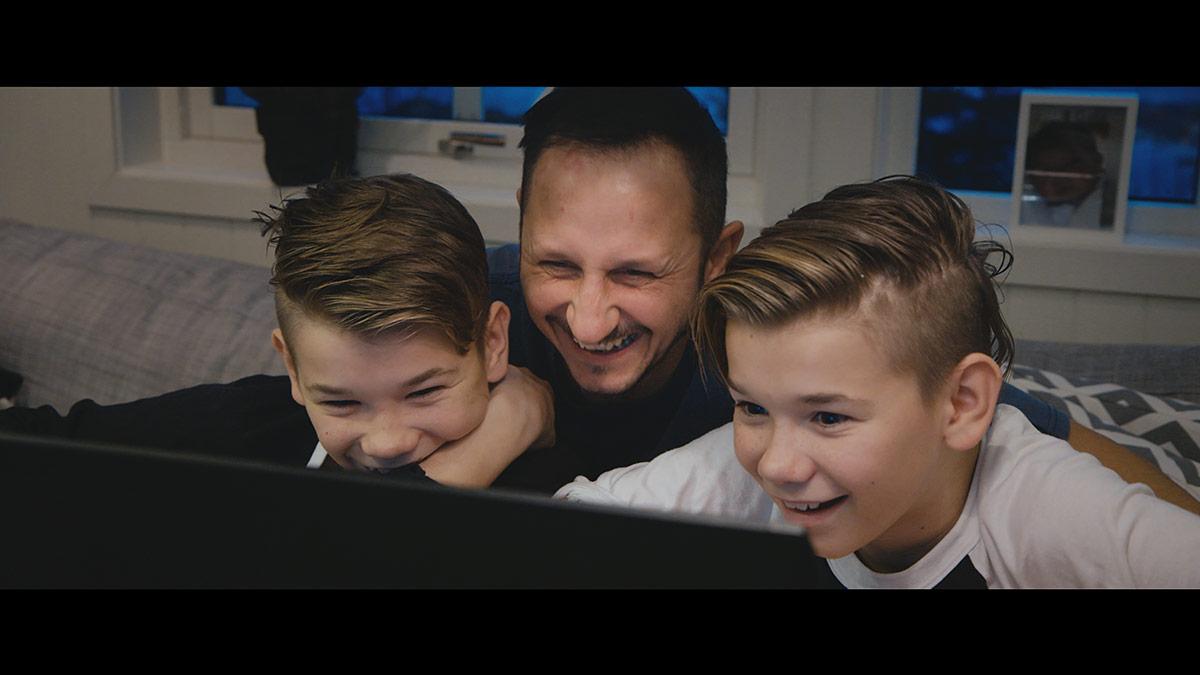 Marcus & Martinus og far får beskjeden om at Spektrum er utsolgt. Foto: Norsk Filmdistribusjon / Fenomen