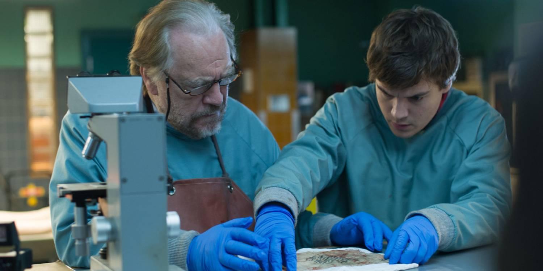Brian Cox /Tommy Tilden) og Emile Hirsch (Austin Tilden) under en av sine obduseringer i familiens likhus.