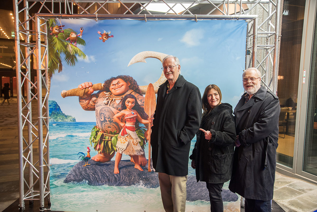 Fra venstre: Regissør John Musker, produsent Osnat Shurer og regissør Ron Clements foran Vika kino i Oslo torsdag 26. januar 2017. Foto: Per Mork, KINOMAGASINET ©