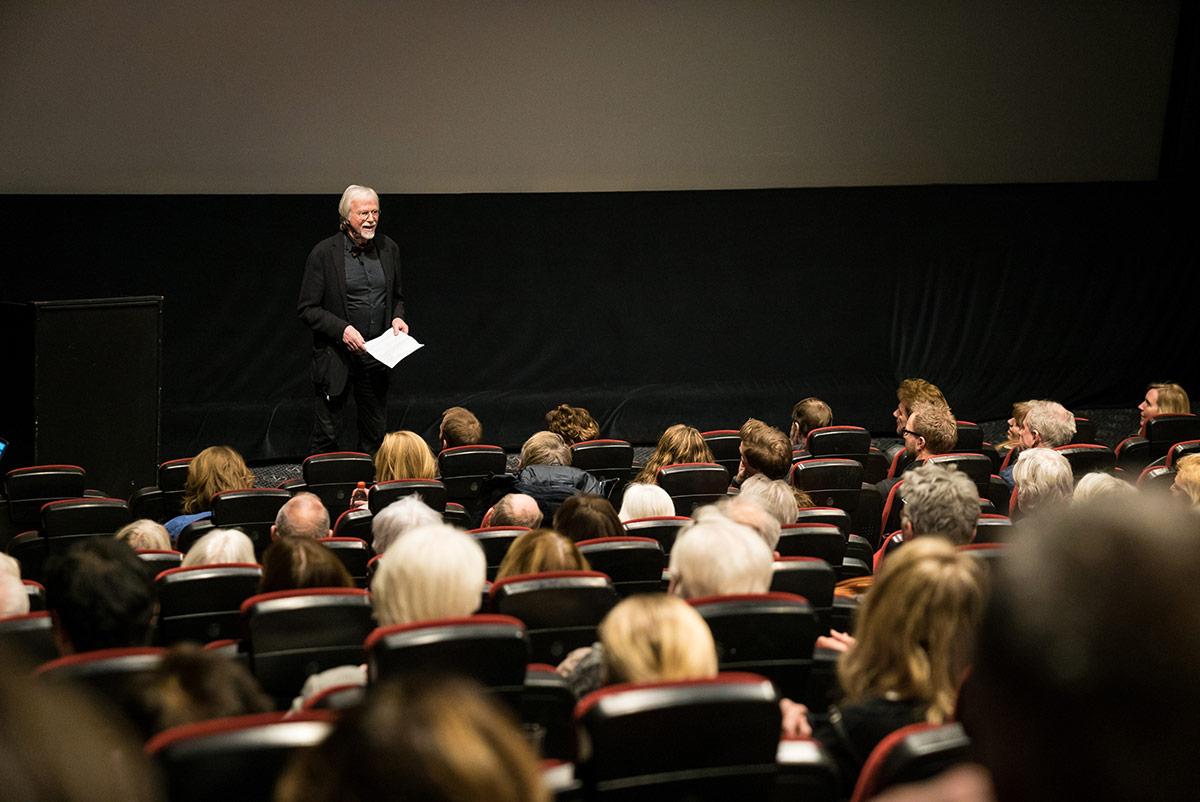 Kinoveteran og forfatter Jan Mehlum foran en fullsatt sal på Brygga Kino i Tønsberg under den offisielle festkvelden, torsdag 7. januar 2017. Foto: Brygga Kino.