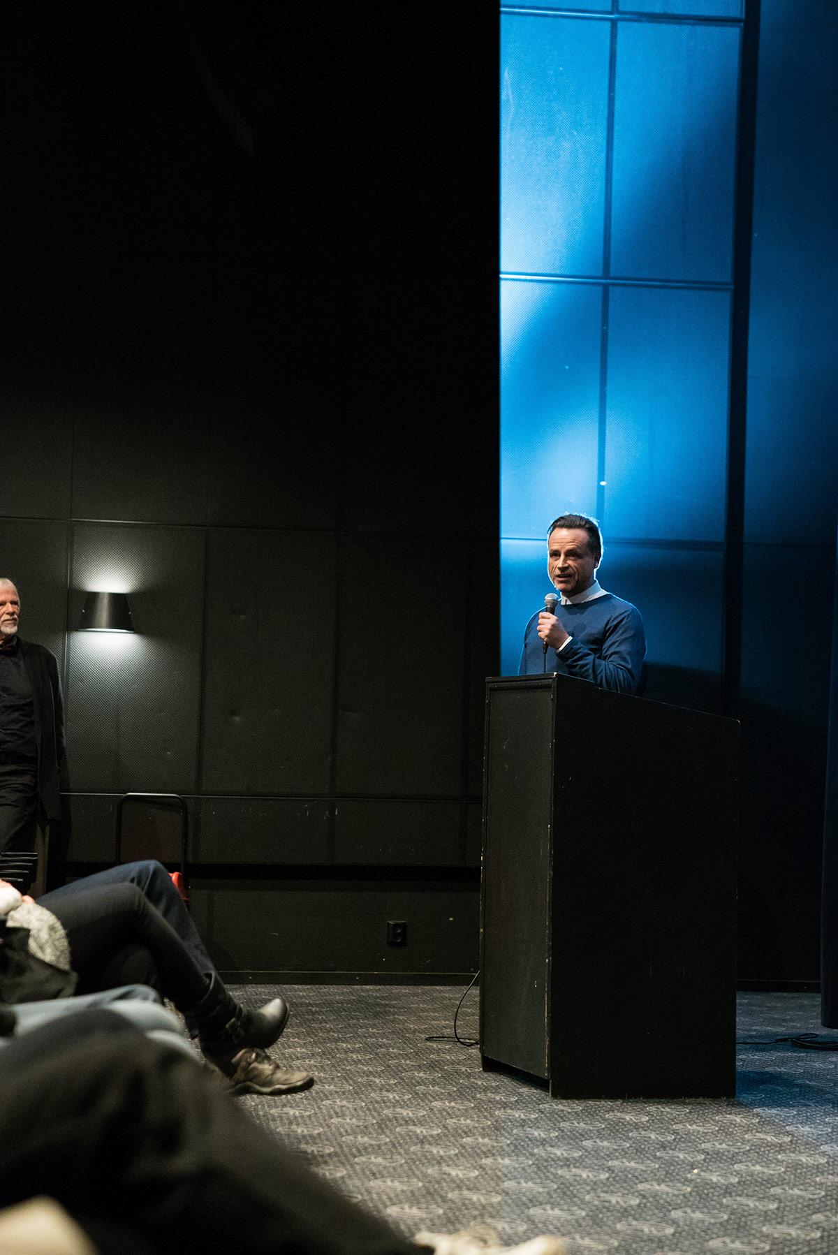 Lars Fuglevik taler til sine egne bybeboere i forkant av visningen av Lion. Foto: Brygga Kino.