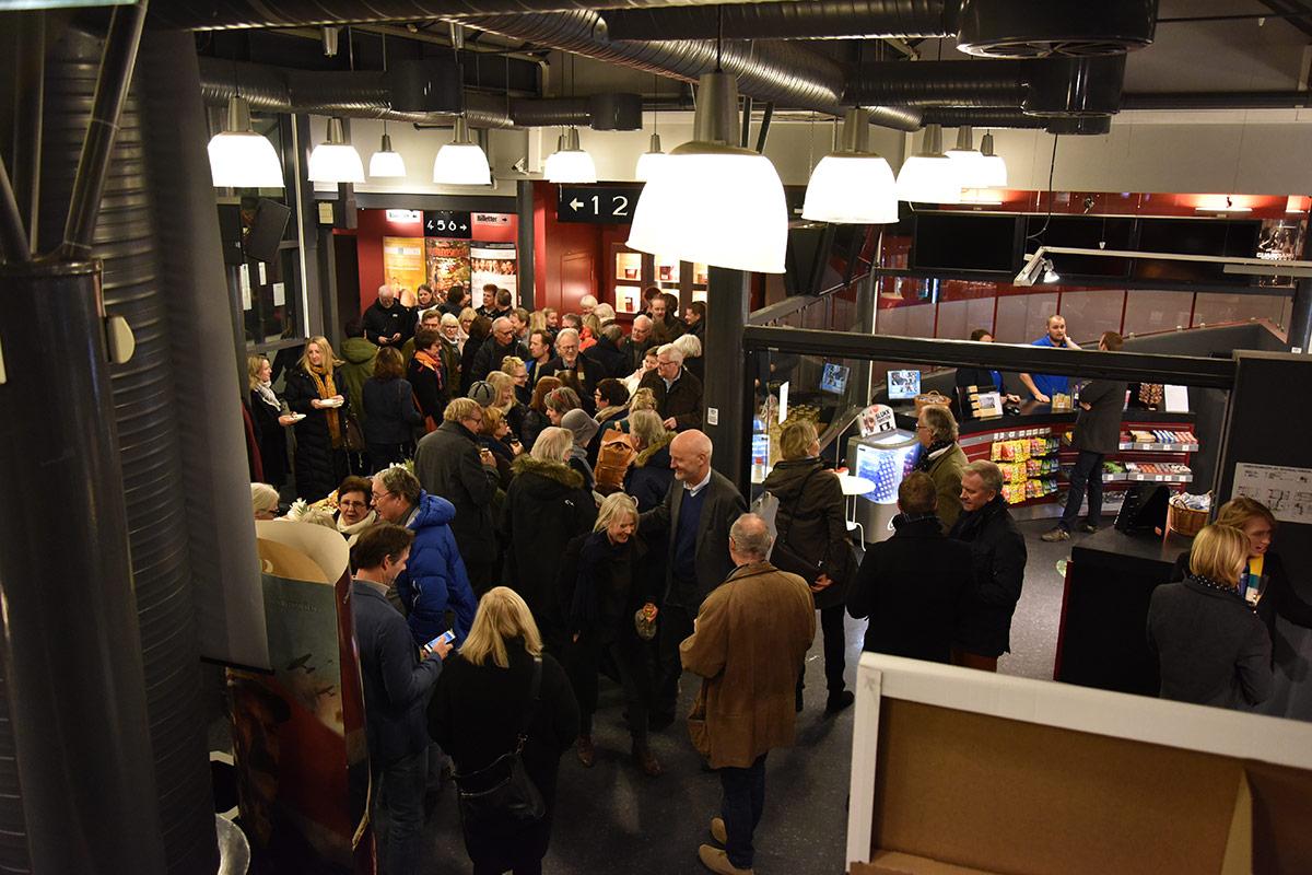 Fullt hus (og sal) da Brygga Kino hadde formell åpningsfest torsdag 5. januar 2017. Her fra foajeen og kioskområdet. Foto: John Berge, KINOMAGASINET.no ©