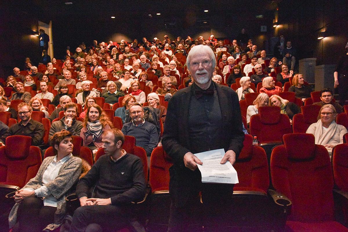 Kinoveteran og forfatter Jan Mehlum foran en fullsatt sal på Brygga Kino i Tønsberg under den offisielle festkvelden, torsdag 7. januar 2017. Foto: John Berge, KINOMAGASINET.no ©